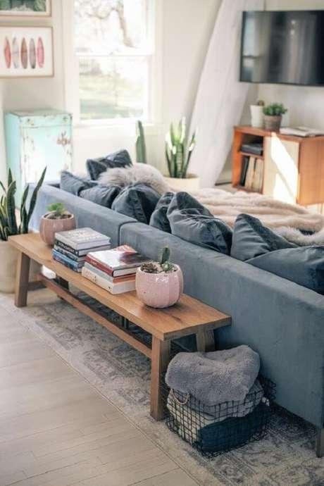 88. Aparador rústico atrás dos sofá traz aconchego para a decoração. Fonte: Pinterest