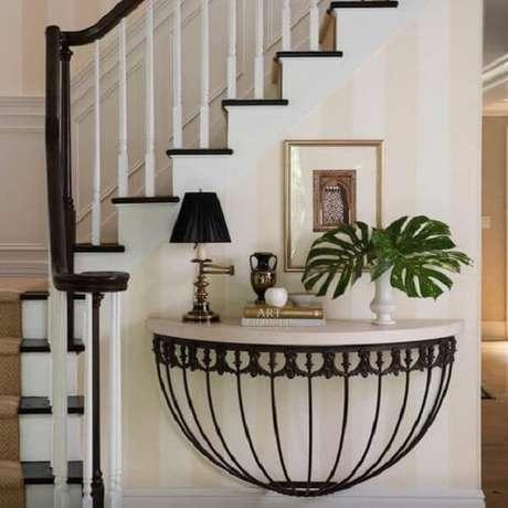 30. Aproveite o espaço abaixo da escada para fixar seu aparador de ferro. Fonte: Pinterest