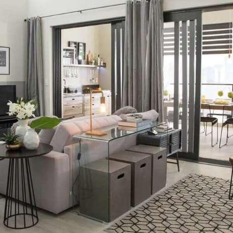 80. Aproveite o espaço abaixo do aparador de vidro para colocar outros itens decorativos da casa. Fonte: Pinterest
