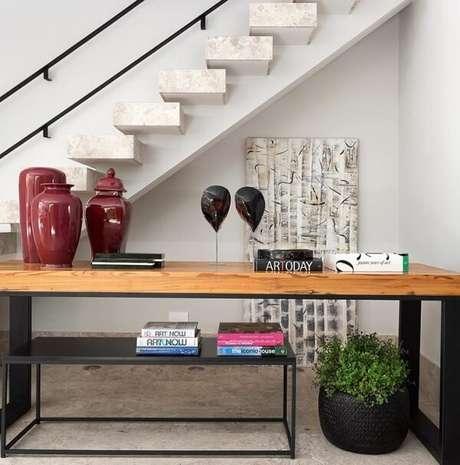 76. Aproveite para decorar o cantinho perto da escada. Fonte: Asenne Arquitetura