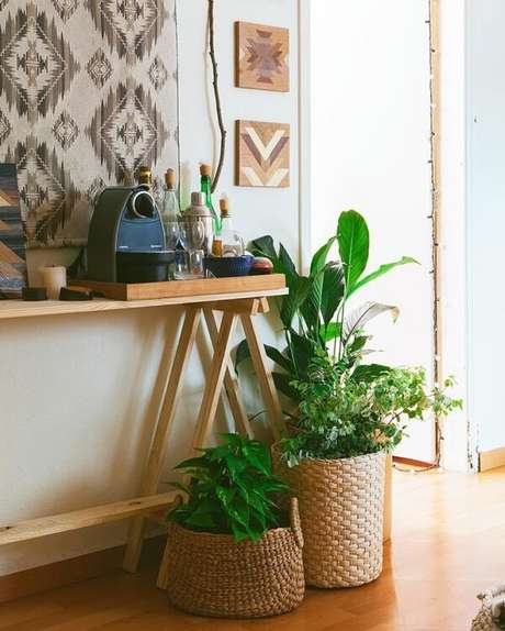72. Crie um cantinho especial do café com o aparador de madeira. Fonte: Histórias de Casa