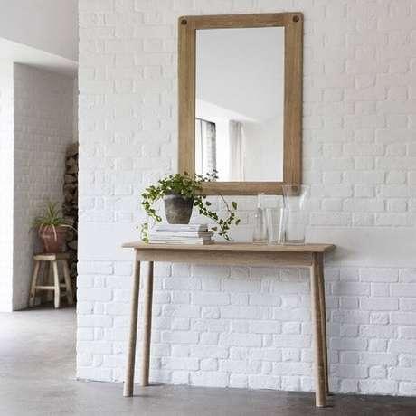 71. Decoração com aparador de madeira minimalista. Fonte: Pinterest