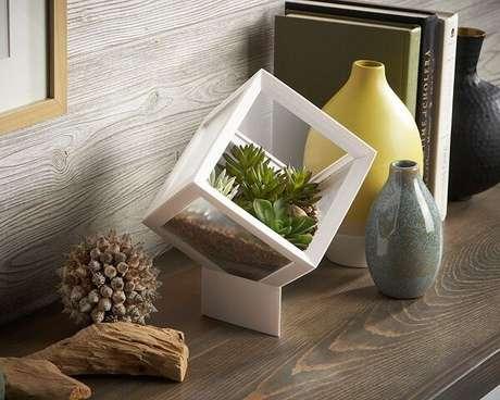 63. Decoração criativa com terrário em formato de cubo. Fonte: Pinterest
