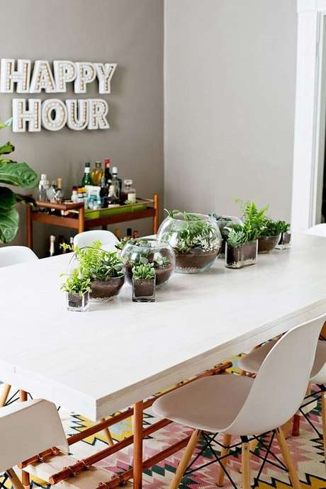 83. Decore a sala de jantar com lindos terrários. Fonte: Pinterest