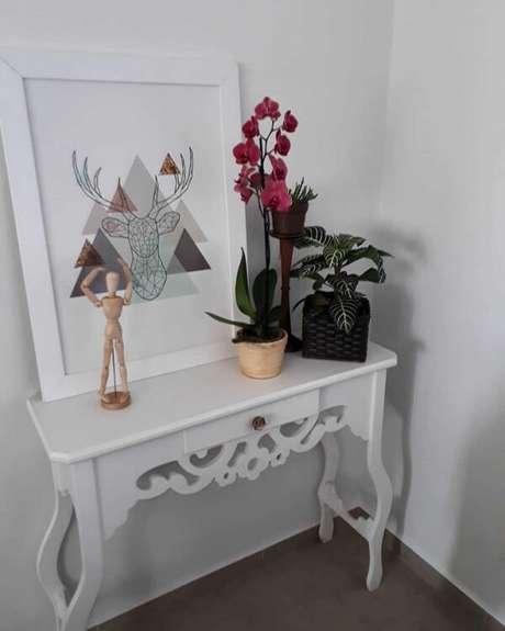 69. Decore o aparador branco com objetos e flores coloridas. Fonte: Pinterest