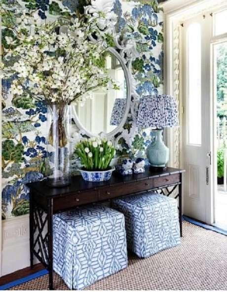 49. Decore o aparador pequeno com vasos de flores. Fonte: Pinterest