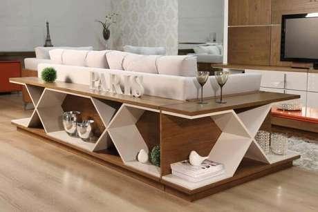 65. Este aparador de sofá tem um design criativo e funcional. Projeto de Total Construção