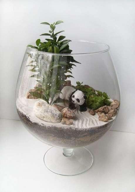 81. Invista em miniaturas fofas dentro do terrário. Fonte: Pinterest