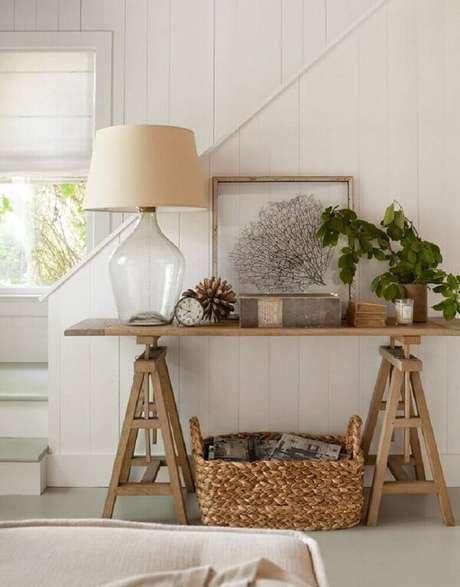 61. Linda decoração de sala simples com aparador de madeira. Fonte: Pinterest