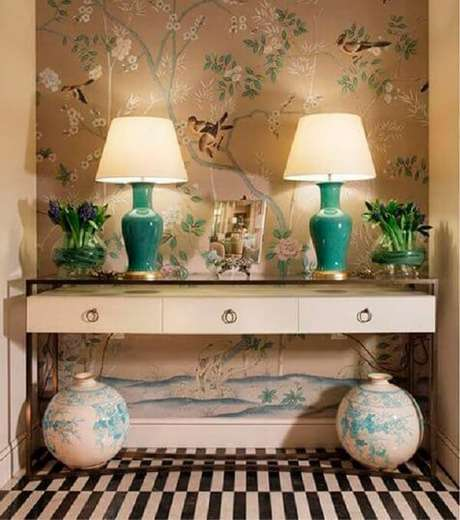 96. O acabamento do aparador combina com o papel de parede. Fonte Pinterest