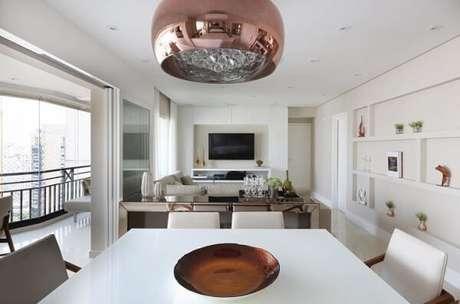 11. O aparador espelhado ajuda a decorar e organizar ambientes integrados. Fonte: Pinterest