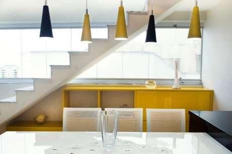 14. O aparador amarelo combina com as luminárias do ambiente. Projeto de Battaglia Arquitetura