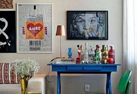 72. O aparador bar azul é a grande atração da sala. Fonte: Pinterest