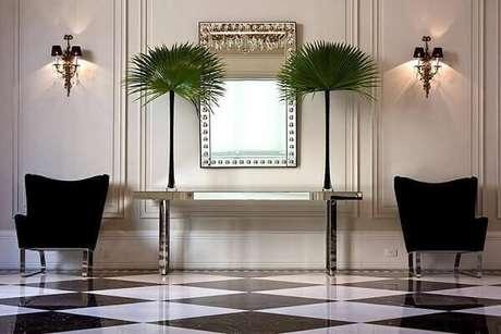 31. O aparador com linhas retas valoriza a decoração dessa residência. Fonte: Oscar Mikail