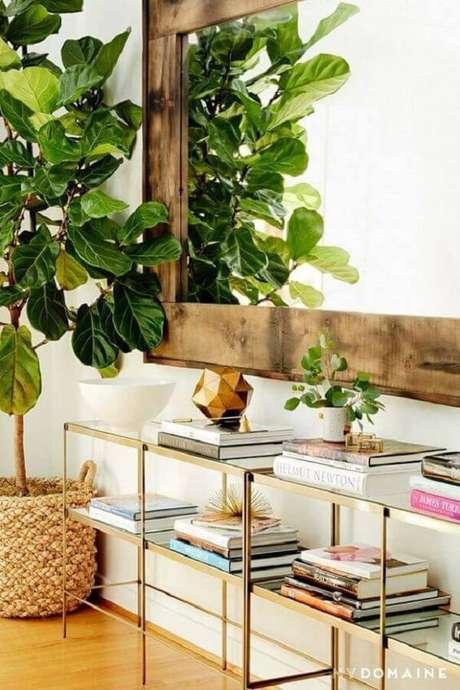 59. O aparador de vidro para sala pode garantir um ambiente mais sofisticado. Fonte: Pinterest