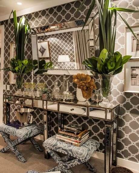 21. O aparador espelhado realça o papel de parede do ambiente. Fonte: Pinterest