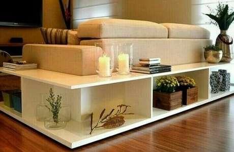 4. O aparador para sala pequena abraça o sofá. Fonte: Pinterest
