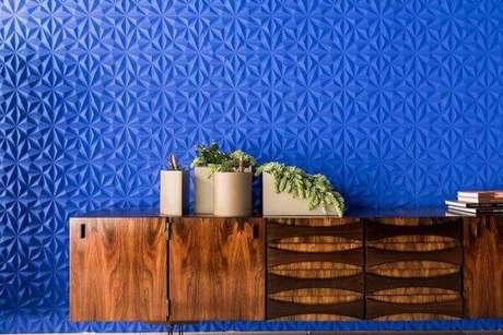 8. O buffet aparador rústico se destaca na parede azul. Fonte Guilherme Torres