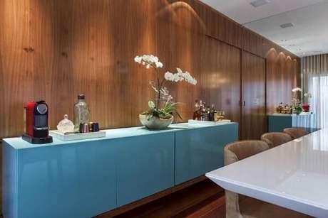 5. O aparador para sala de jantar suspenso azul se destaca na decoração. Fonte Pinterest