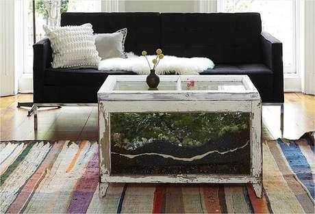 75. O caixote de vidro acomoda um lindo terrário. Fonte: Pinterest