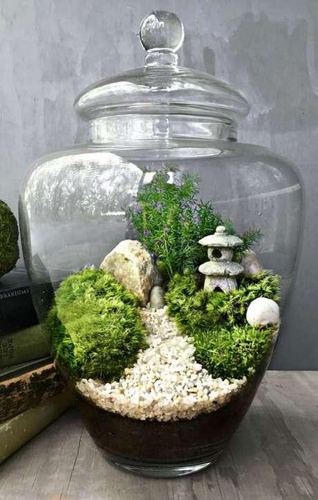 73. O jardim japonês pode ser montado dentro do terrário. Fonte: Pinterest