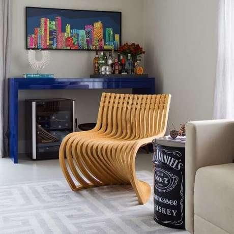 48. Ouse na decoração incluindo um aparador azul no ambiente. Fonte: Pinterest