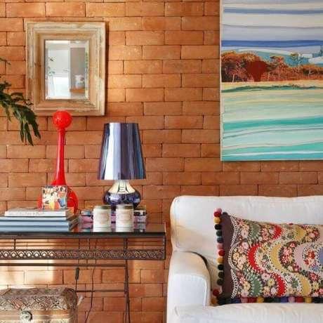 98. Parede de tijolinho e aparador de ferro para a decoração da sala. Fonte: Pinterest