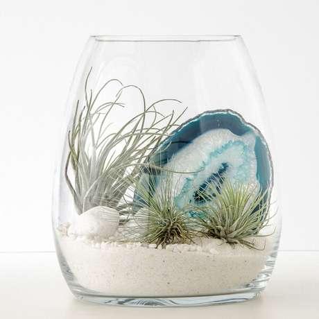 64. Pedras e cristais trazem um charme para o terrário. Fonte: Pinterest