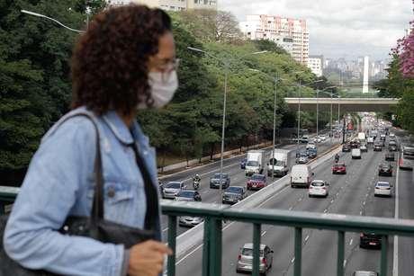 Trânsito de veículos na Avenida 23 de Maio, zona sul de São Paulo, na manhã desta sexta-feira, 08, durante o período de quarentena em vigor no estado em razão da pandemia de coronavírus.