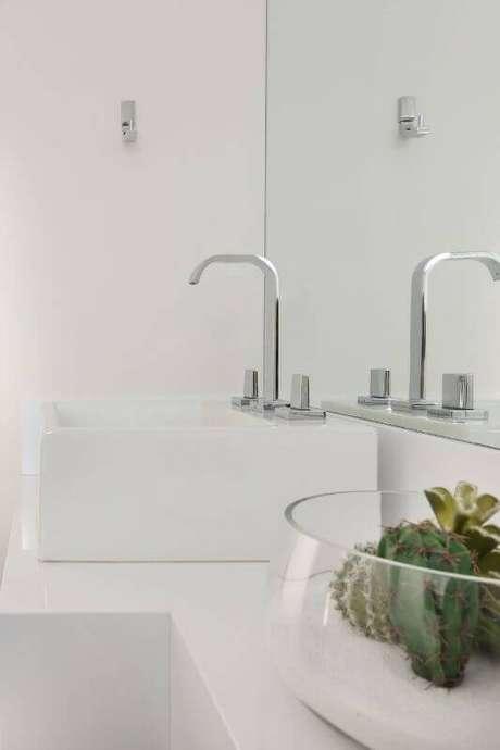 13. O terrário no banheiro branco se destaca e garante beleza ao ambiente. Projeto por Bianchi e Lima Arquitetura.
