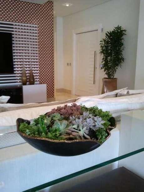 54. A mesa atrás do sofá tem terrário em vaso de cerâmica. Projeto por Eliane Fedele.