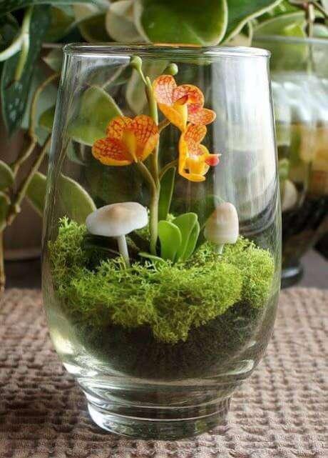 11. Um terrário em um copo é uma forma de decorar de forma criativa. Fonte: Pinterest