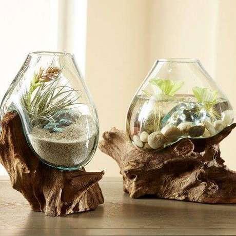 17. O vaso com tronco de madeira combina um terrário com aquário, tornando a decoração democrática.