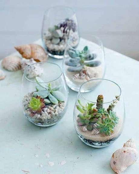 20. Usar copos com miniplantas é uma forma criativa de dar vida à casa.