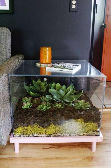 43. Você pode fazer uma mesa lateral usando um terrário grande envolto em acrílico.