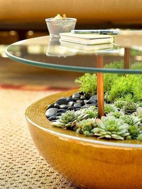 44. A mesa de centro com vaso tipo terrário e vidro deixa a sala de estar mais natural. Projeto por Eliane Fedele.