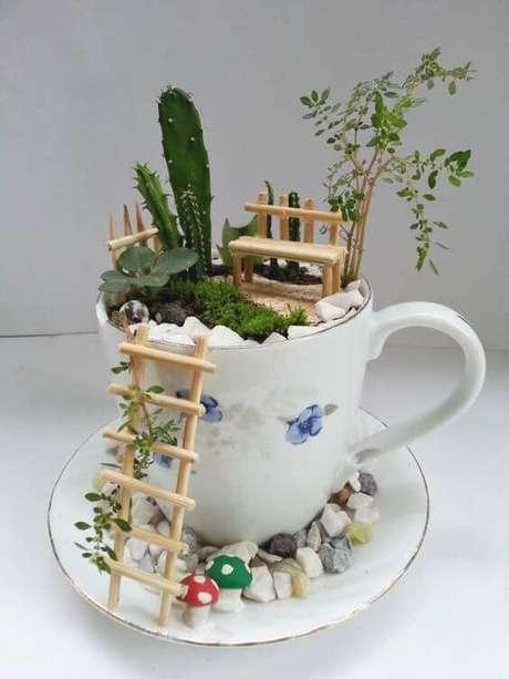 46. Uma xícara antiga ou sem uso também pode se transformar em um charmoso terrário.