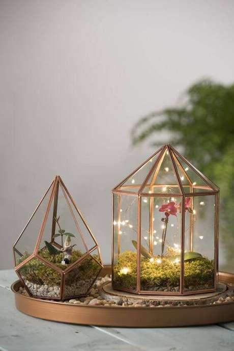 49. O terrário pode ter flores e luzes de led para ficar com um toque mais mágico.