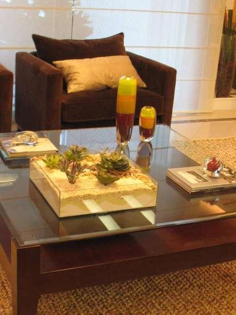 50. Na mesa de centro, o terrário quadrado com suculentas dá um toque de modernidade. Projeto por Ana Cristina Braga.
