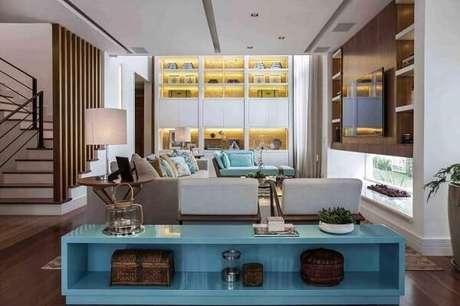 47. Traga um toque especial na sala incluindo um aparador azul. Projeto por Meyer Cortez