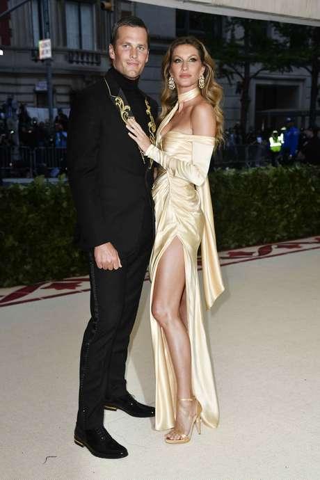 Tom Brady e Gisele Bündchen (Fotos: Divulgação/Versace)