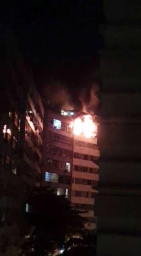 As chamas atingiram o imóvel localizado em Copacabana, na madrugada deste domingo, 10