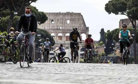 Movimentação no Coliseu de Roma após relaxamento de quarentena na Itália