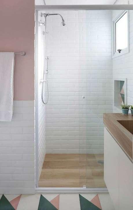 36. Banheiro com piso porcelanato de madeira e detalhes brancos – Via: Pinterest