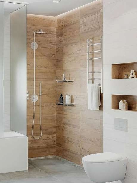 38. Banheiro com porcelanato amadeirado claro – Via: Pinterest