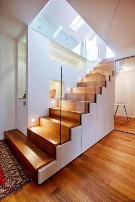 44. A escada de porcelanato amadeirado também é bonita – Via: Homify