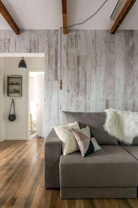 3. Casa com porcelanato amadeirado na parede e chão – Via: Pinterest