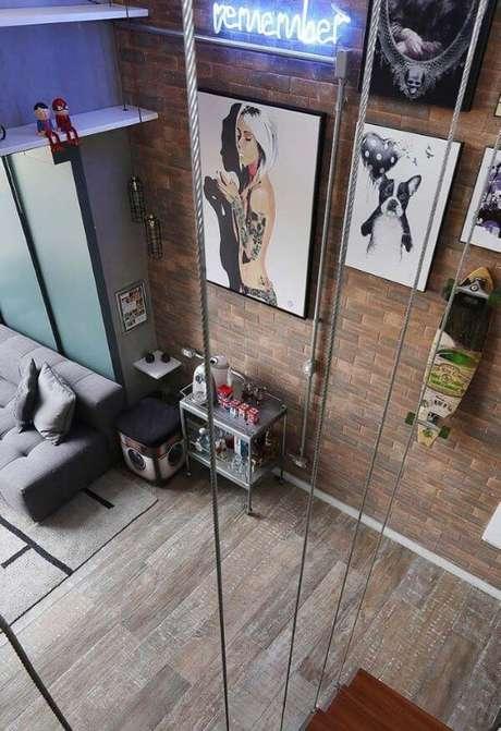 47. Porcelanato amadeirado escuro na casa moderna – Via: Pinterest
