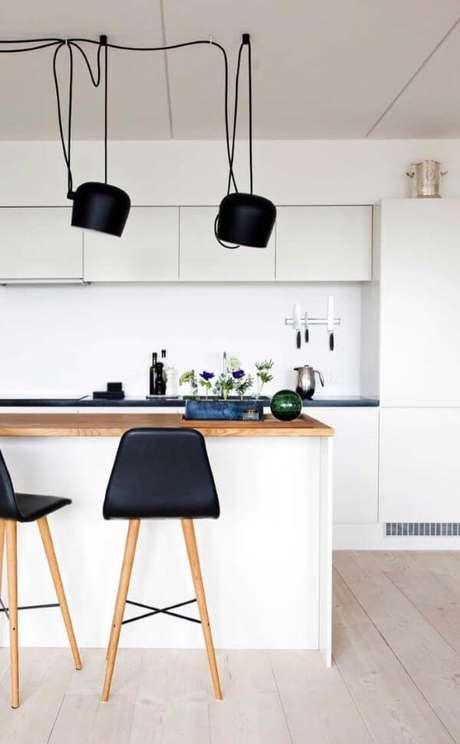 50. Cozinha com porcelanato amadeirado – Via: Pinterest