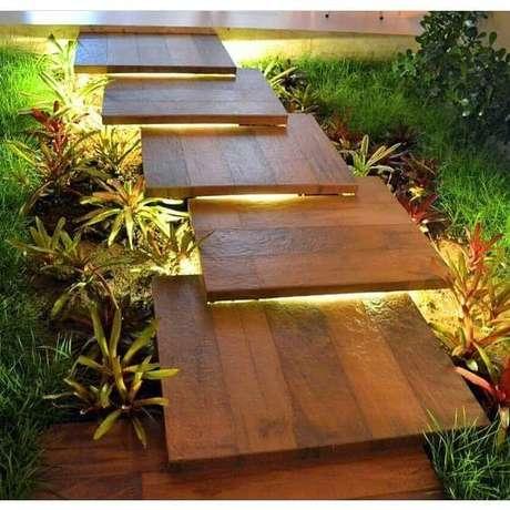 52. Escada com porcelanato amadeirado e iluminado – Via: Pinterest